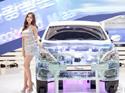 韩国车展模特秀美腿 观众拿手机疯狂拍脸